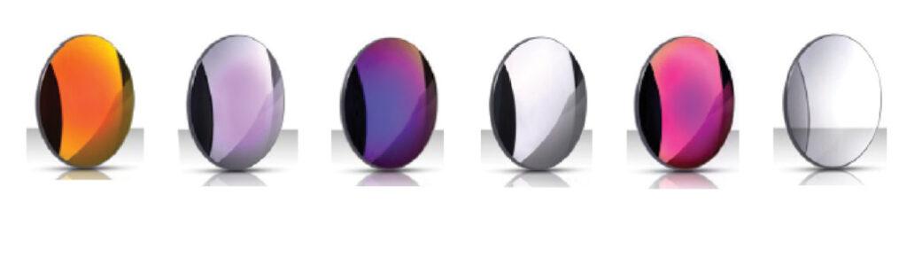 Šešių skirtingų spalvų korekciniai akinių lęšiai baltame fone