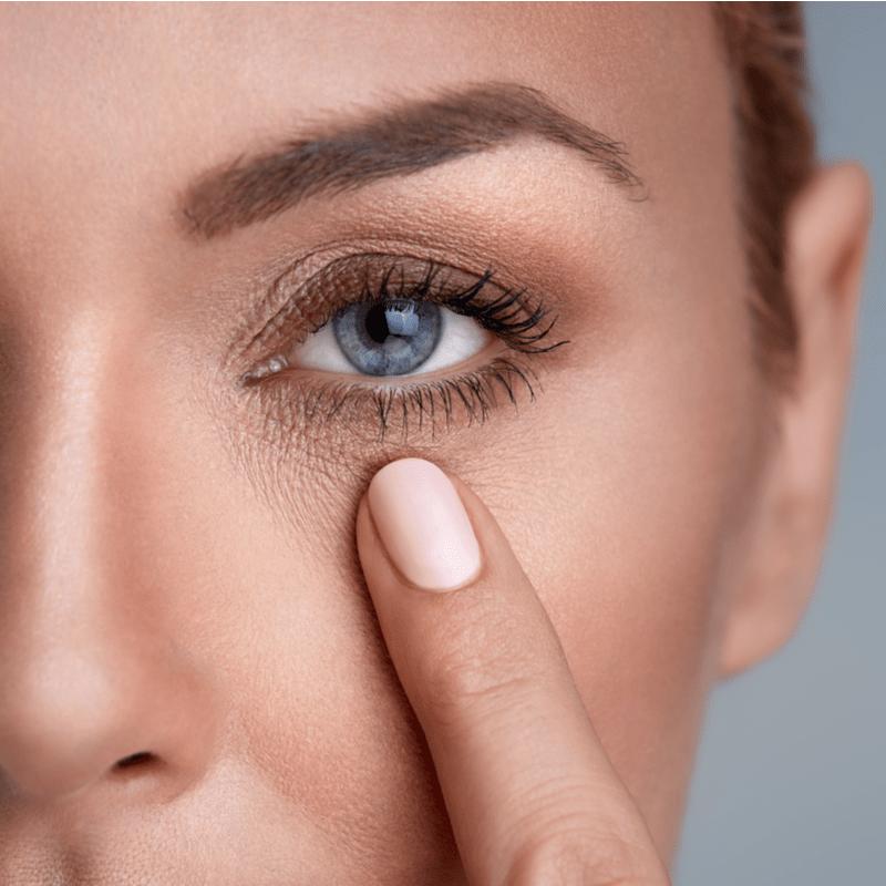Moteris žiūrinti į prieš akis esantį pirštą