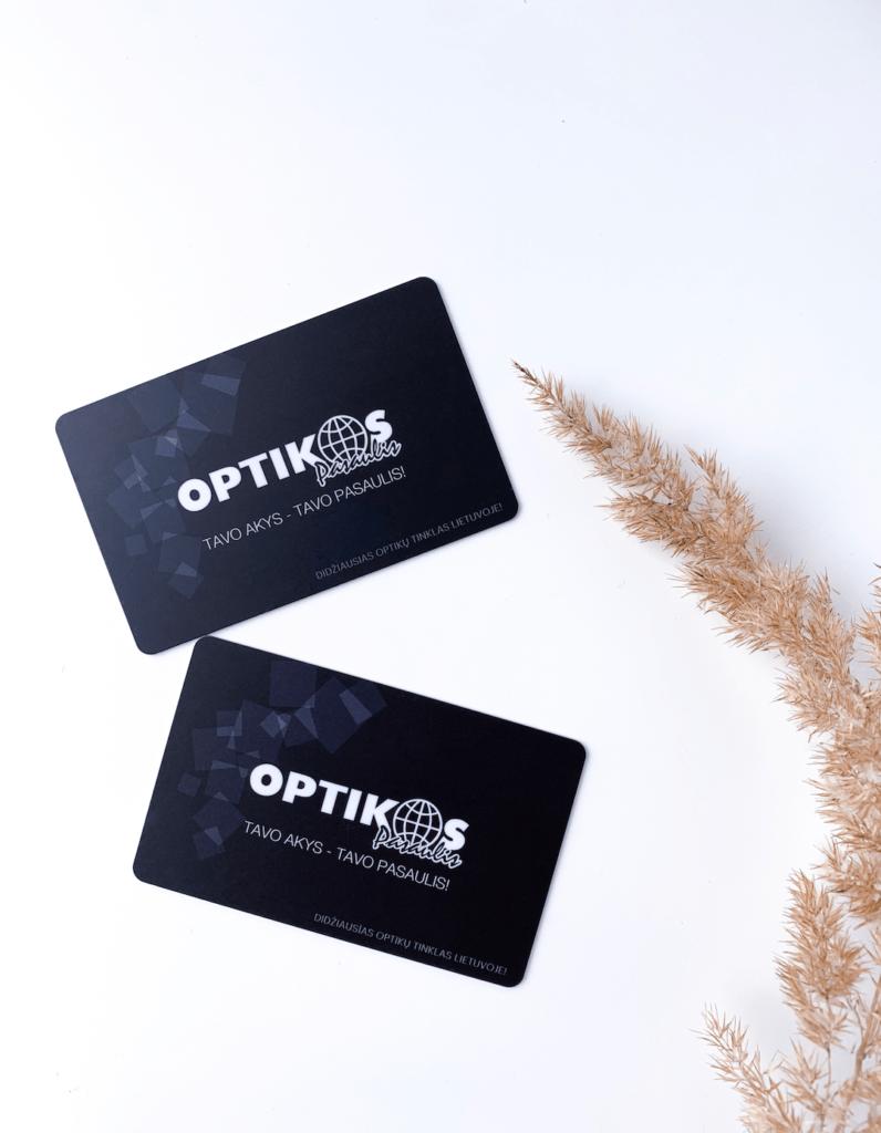"""Dvi """"Optikos pasaulis"""" lojalumo kortelės baltame fone"""